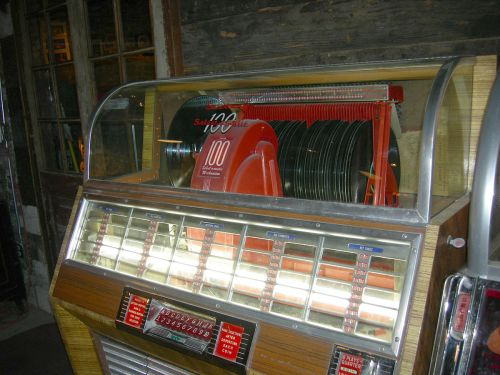 1200px-Seeburg_Select-o-matic_jukebox_detail_01A