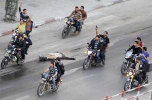 613143-palestiniens-motos-tirent-cadavre-homme-512x341